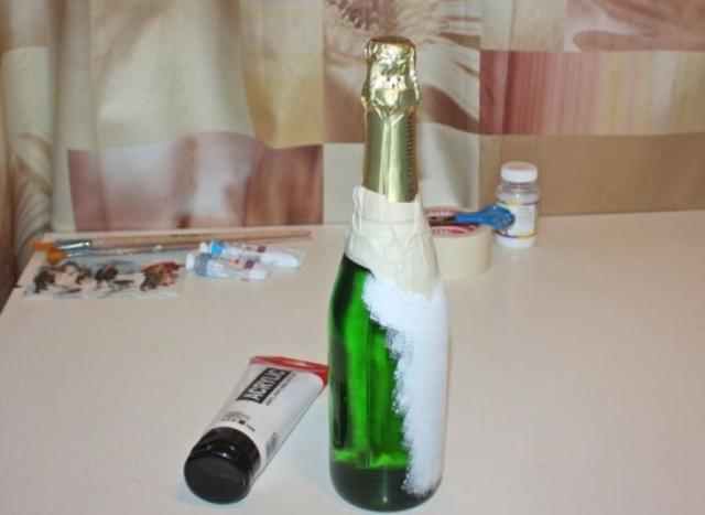Чтобы скрыть зелёный цвет бутылки, покройте её водоэмульсионной краской белого цвета
