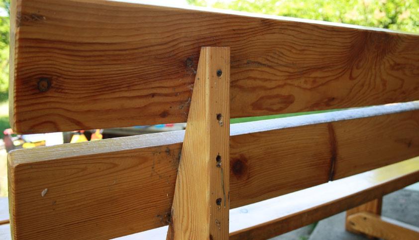 Саморезы используются для крепления досок сиденья и спинки к ножкам скамейки