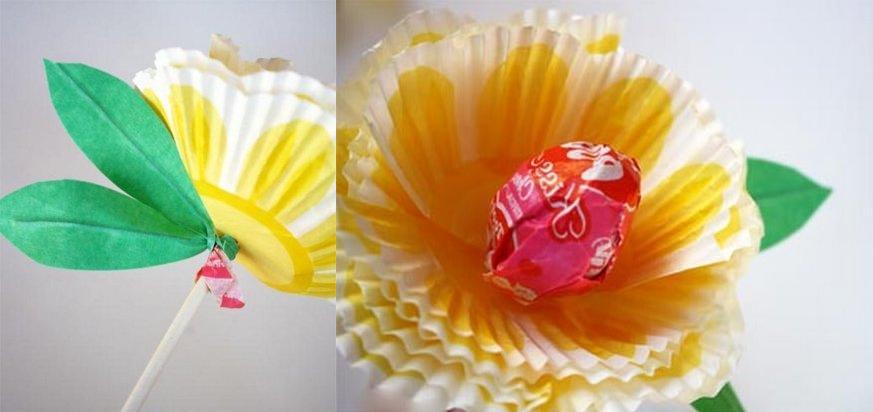 Декоративной лентой обматываем каждый стебель изготовленного цветка. В завершении собираем все наши цветы в прелестный букет.