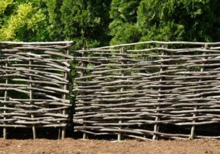 Такая изгородь из прутьев, изготавливается разными способами, в зависимости от того где ее планируется установить