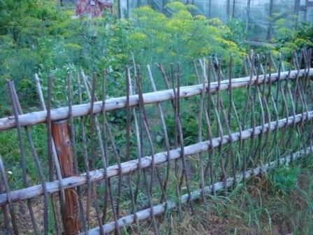 Как сделать плетёный забор своими руками на дачу - статья, в которой рассматриваем несколько видов плетени, и как ее можно сделать самостоятельно по фото...