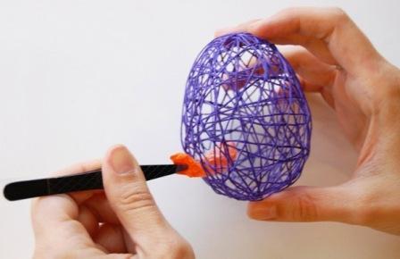 Оставьте обмотанный шарик просохнуть, а затем иголкой проткните шарик и извлеките его из ниточного каркаса