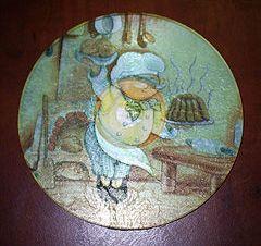 Симпатичная подставка под чашку станет настоящим украшением и оригинальным подарком.