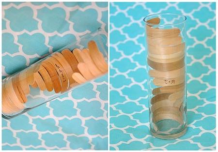 Каждую палочку опускайте с небольшим сдвигом, чтобы создавался эффект деревянной вазы.