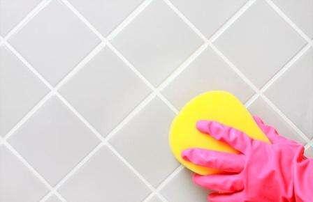 Основным достоинством такого метода очистки кафеля является его пагубное действие на плесень. Не подходит такой метод тем, кто чувствителен к сильным запахам