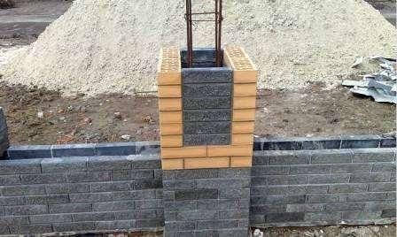 Расшивают швы между блоками