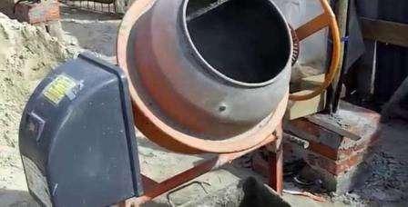 В бетономешалке изготавливают кладочный раствор