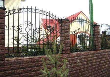 В большинстве случаев комбинированный забор состоит из трех основных частей