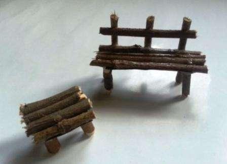 Из зубочисток или тонких веточек сделайте миниатюрные заборчики