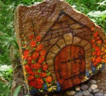 Если вы знакомы с техникой декупаж, то сможете превратить камни в настоящие произведения искусства