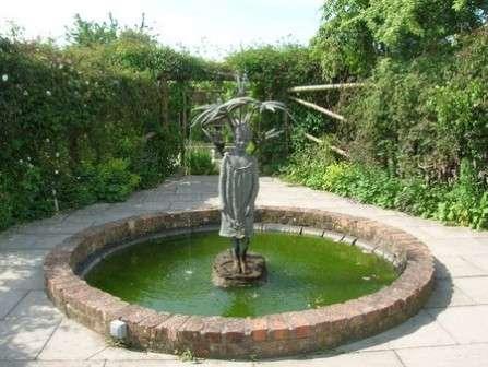 Скульптура-фонтан преобразит ваш участок и поможет насладиться приятным отдыхом на территории загородного дома