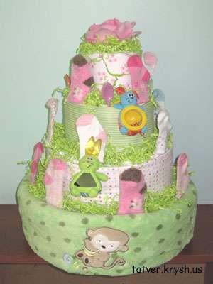 Погремушки, соски или бантики из лент тоже станут красивым дополнением для торта