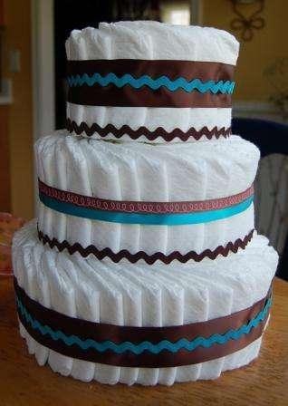 Чтобы торт производил эффект настоящего, поставьте его на специальную подставку