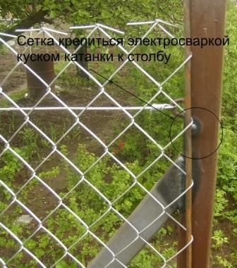 К металлическим столбам сетка крепится на крючки, которые навариваются на них заблаговременно