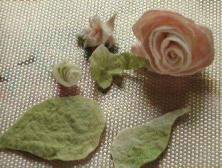 Лепестки сшиваются. Срезы придётся промылить и довалять. Листья сшейте и потом пришейте к цветку. Листья можно довалять аккуратно иголкой