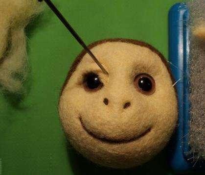 Когда веки стали на свои места можете приступить к созданию макияжа для обезьянки. Для этого возьмите декоративные тени и делайте затемнённые и засветленные зоны.