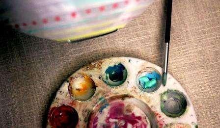 С помощью акриловых красок нанесите рисунок