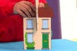 Когда краски высохнут, вставьте заготовки одну в другую и ваш дом будет устойчивым.</p> <p> Для композиции «Мой город» нужно сделать несколько домов. Не забывайте и за пригородную территорию.» width=»300″ height=»200″/></p></div> </p> <p><div style=