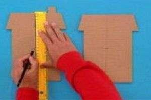 Для того чтобы сделать многоэтажные дома, из картонных коробок вырежьте заготовки. Для одного домика нужно сделать две одинаковые заготовки.