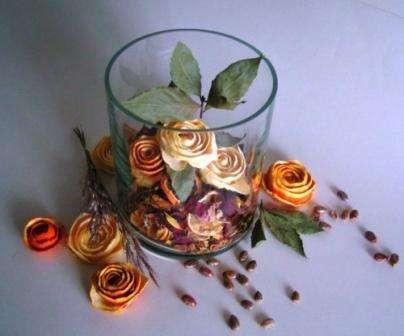 Цветы своими руками используются дизайнерами все чаще и чаще, это позволяет дому или квартире выглядеть шикарно круглый год