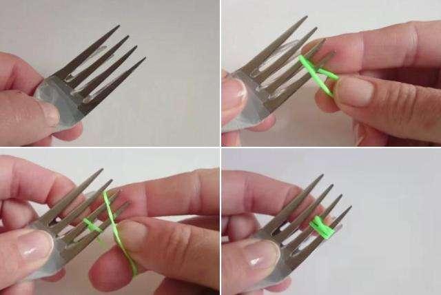 Затем нужно взять две резиночки и натянуть их горизонтально на четыре зубчика одной вилочки