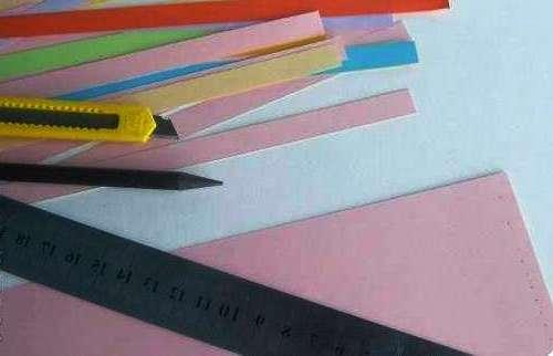 Чтобы сделать цветы с бахромой в технике квилинг вам понадобятся разноцветные полоски бумаги шириной 5 и 10 мм.