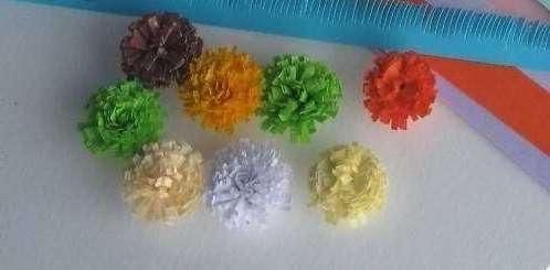 Несколько маленьких цветочков легко закрепить на нитке и создать красивую гирлянду. Креативно будут смотреться такие цветы в вазе с конфетами или на столе.