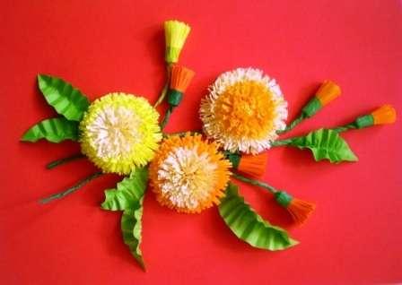 Для одуванчиков вам понадобятся полоски бумаги желтых оттенков. Для стебля и бутонов пригодится гофрированная бумага, а для листиков цветов – зелёная двусторонняя.