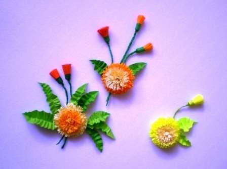 делайте несколько заготовок цветочков и бутонов, а потом соберите из них оригинальную композицию. Одуванчики можно наклеить на картон или на другую плотную основу.