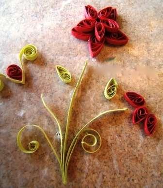 Из бумаги того же цвета, что и роза вы можете сделать нераскрывшиеся бутоны. Цветы и стебли приклейте на основу из картона и сделайте красивое панно или открытку.