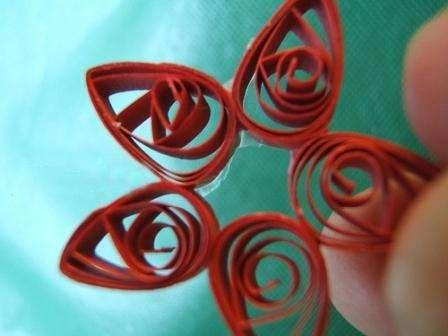 Для одного цветка вам понадобится пять таких заготовок. Склейте их между собой горячим клеем по кругу.