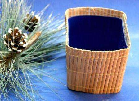После этого приступите к подготовке коврика из бамбуковых палочек, который будет выполнять функцию основного декора горшочка для топиария.
