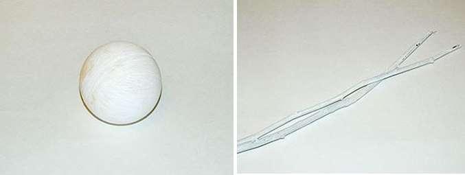 Возьмите пластиковый или пенопластовый шарик диаметром около 7 см и покрасьте его в белый цвет. Также акриловой краской покрасьте веточки для топиария.