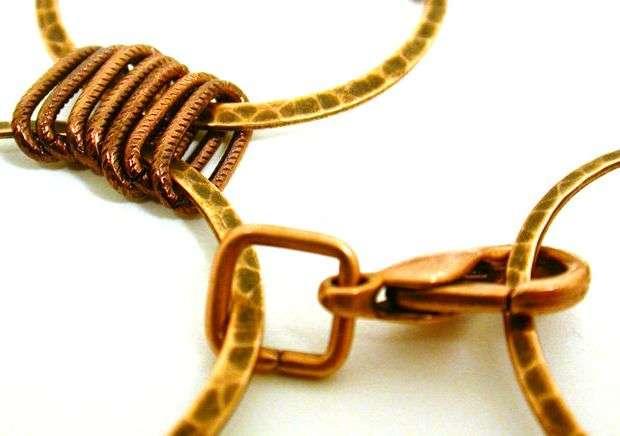 Таким образом соедините около пяти больших колец. Габариты готового браслета зависят от размеров колец и звеньев. Чтобы браслет было удобно застегивать, закрепите крючок или замочек.