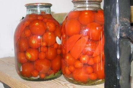 Залейте томаты в банках крутым кипятком и оставьте не 10 минут. Потом слейте воду и снова закипятите. Если вы будете хранить томаты в погребе, то можете на второй раз залить водой и закатать