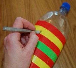 Канцелярским ножом вам необходимо разрезать бутылку вдоль по линиям.</p> <p> Разрезать нужно только прямую часть, которая заклеена изолентой. Расстояние до дна бутылки должно быть около 2-3 см.» width=»300″ height=»267″/></p></div> </p> <p>Теперь прижмите бутылку, чтоб надрезы приобрели выпуклую форму.</p> <p> Каждый надрез нужно согнуть в центре пополам.</p> <p><div style=