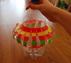 Теперь прижмите бутылку, чтоб надрезы приобрели выпуклую форму. Каждый надрез нужно согнуть в центре пополам.