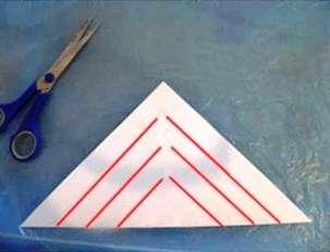 Пометки производите, отталкиваясь от краев сложенных бумажных треугольников. Пометки накладываются на треугольник