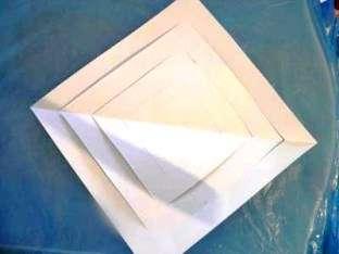 После того как вы закончили скреплять полоски с одной стороны, переверните прорезанный бумажный квадрат