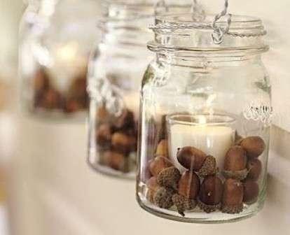 К примеру, желуди, каштаны или орехи подойдут как удобные кольца для салфеток либо как поделки на столе в виде подсвечника