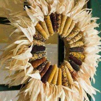Венок из злаков с осенними листьями станет отличным украшением входной двери.