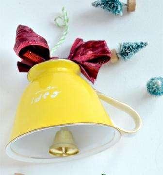 Подошло время украсить наш самодельный колокольчик и придать ему действительно праздничный вид!
