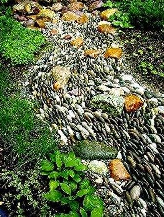 Создайте из гравия небольшие волны для более реальной картины, а внутри пруда насыпьте разноцветные камешки