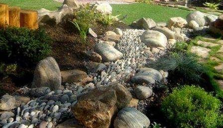 имитация ручья на дачке камнями