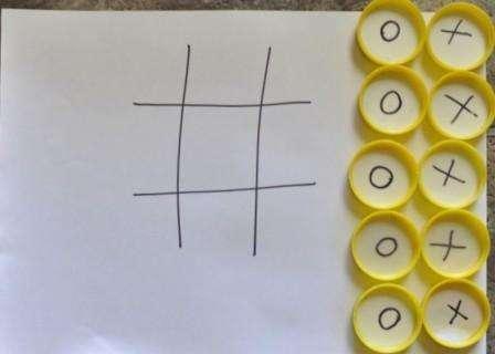 Если ваш ребенок не умеет рисовать, эта игра придется ему по душе. Один из простых вариантов этой реквизита для игры – подготовить заранее фишки с крестиками и ноликами. Для этого возьмите колечки от пластиковых бутылок и наклейте кружочки с маркировкой внутри. После на листе бумаги чертите поле для игры и расставляйте фишки по очереди.