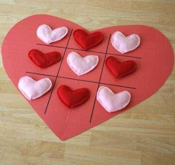 Фишки можно сделать и из других материалов, а поле выполнить на ткани. Если хотите подарить такую игру кому-то то проявите творческие способности и сделайте поле в форме сердца и фишки разных цветов тоже в виде маленьких сердечек.с