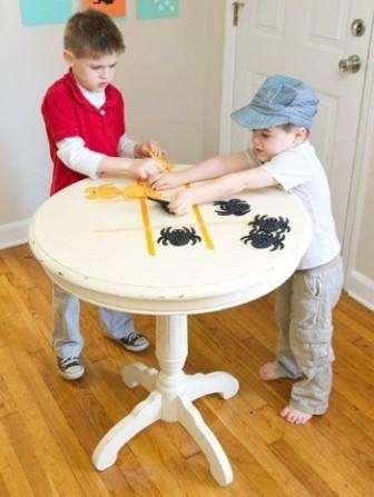 Крестки-нолики – одна из известных игр, в которую могут играть как дети, так и взрослые. Основной принцип заключается в том, что два противника заполняют квадраты крестиками и ноликами, тщательно просчитывая логику своего соперника.