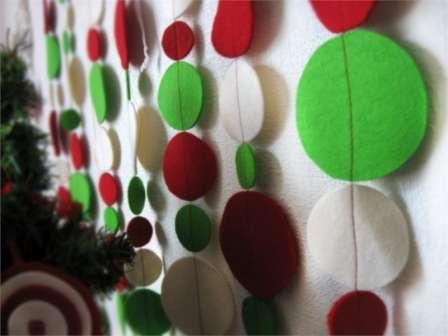 Заготовьте много вырезанных из фетра кружков. Можно сделать их всех одной величины, а можно и разными и по цвету тоже