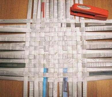 Главное условие: для плетения поделки из бумажных трубочек следует выбирать бумагу одной текстуры