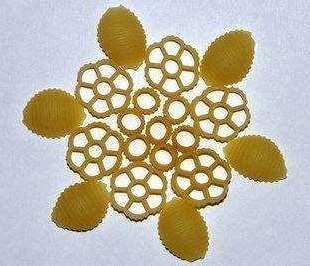 Для того чтобы ваша снежинка была более стойкой к внешним воздействиям можно покрыть её слоем лака
